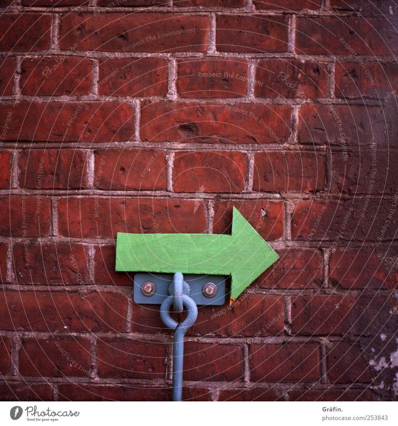 The way to nowhere Haus Mauer Wand Stein Holz Zeichen Hinweisschild Warnschild Pfeil grün rot Perspektive richtungweisend Richtung Farbfoto Textfreiraum oben