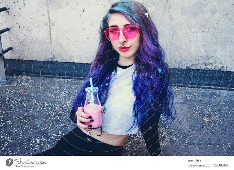 Alternative Frau trinkt einen Milchshake Getränk Erfrischungsgetränk Lifestyle Stil Design exotisch Haare & Frisuren Party Feste & Feiern Geburtstag Mensch