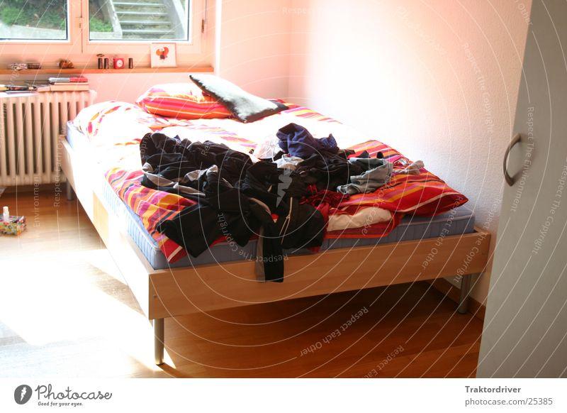 Sonnendurchflutetes Zimmer Bett Doppelbett hell Bettdecke gestreift mehrfarbig gemütlich Physik Kleid Häusliches Leben Decke Wärme Farbe