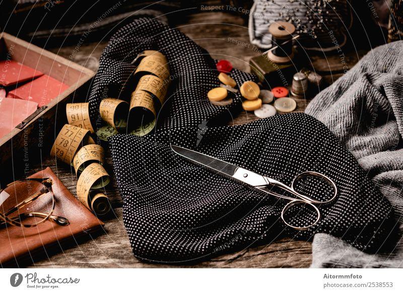 Retro-Nähset auf rohem Holztisch elegant schön Freizeit & Hobby Tisch Arbeitsplatz Handwerk Werkzeug Schere Maßband Stoff Accessoire Metall schwarz