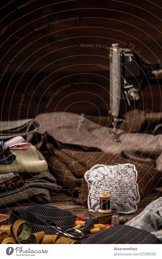 Vintage Nähset auf altem Holztisch elegant schön Freizeit & Hobby Tisch Arbeitsplatz Handwerk Werkzeug Schere Maßband Stoff Accessoire Metall fallen retro