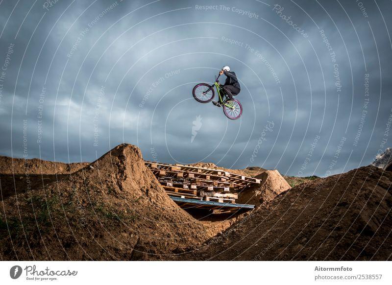 Natur Mann Erholung Wolken Freude Berge u. Gebirge Erwachsene Sport springen Park Erde Aktion Fahrradfahren gefährlich Geschwindigkeit Hügel
