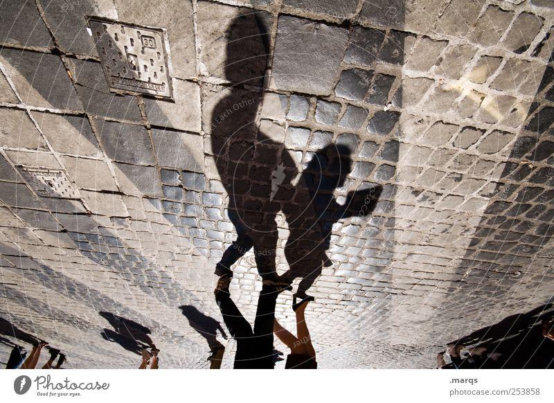Erzähl mir was Mensch Kind Eltern Erwachsene Fußgänger Zeichen Streifen gehen Kopfsteinpflaster Zebrastreifen Farbfoto abstrakt Strukturen & Formen Schatten
