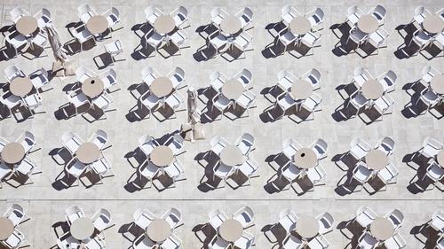 Plastiktische mit Stühlen Sommer Häusliches Leben Garten Möbel Stuhl Tisch Restaurant Essen trinken Terrasse Kunststoff oben ästhetisch Design