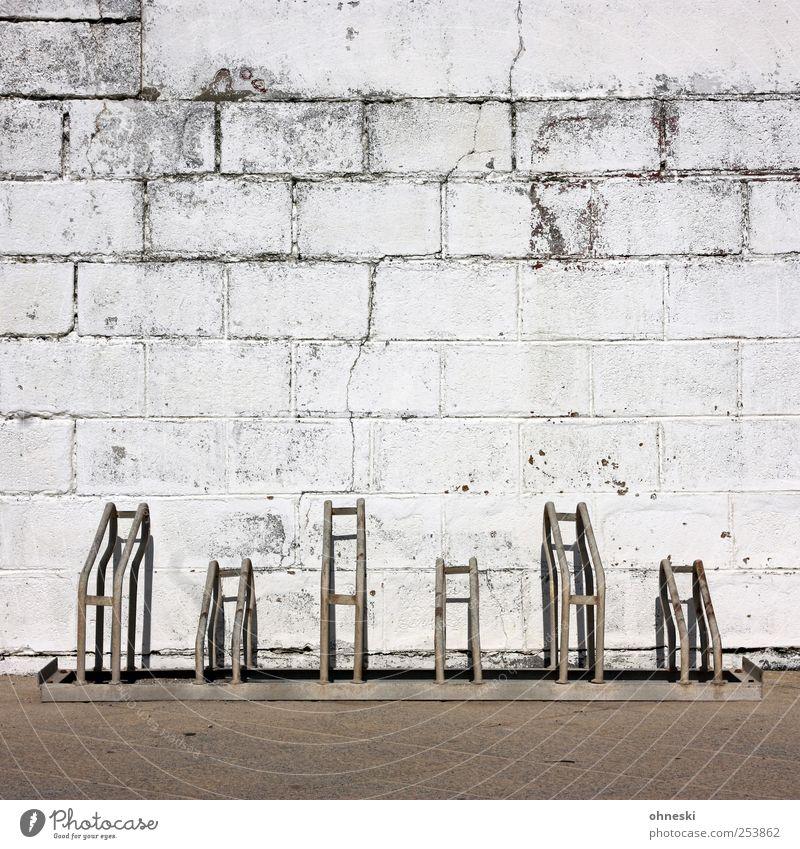 Freie Parkplätze weiß Wand Stein Mauer Fassade leer Bauwerk Backstein Riss Fahrradständer