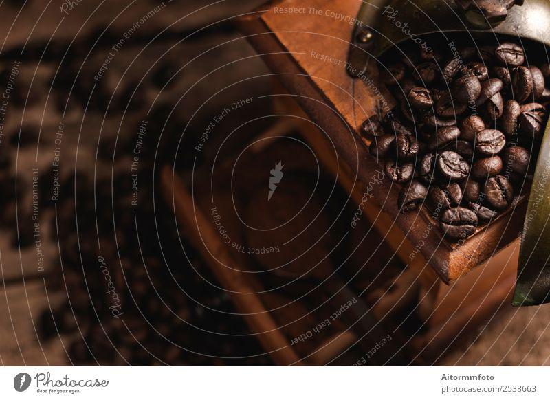 Klassische Kaffeemühle mit Bohnen und gemahlenem Kaffee Kultur Holz alt natürlich retro braun Nostalgie Tradition Antiquität aromatisch Hintergrund Koffein