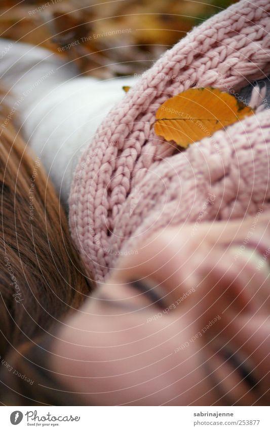 Mensch Frau Natur Jugendliche schön Freude Blatt Erwachsene Umwelt Leben Herbst Gefühle Junge Frau blond 18-30 Jahre Fröhlichkeit