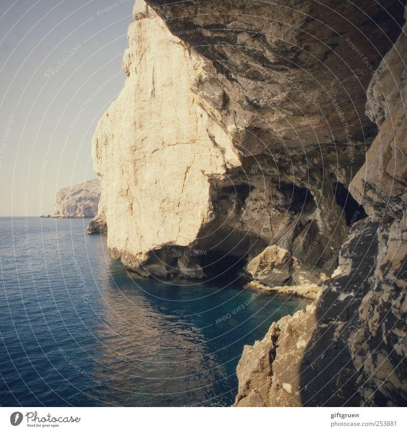 there is a crack in everything Himmel Natur Wasser blau Meer Umwelt Landschaft Küste Stein Horizont Felsen natürlich Insel ästhetisch Urelemente gruselig