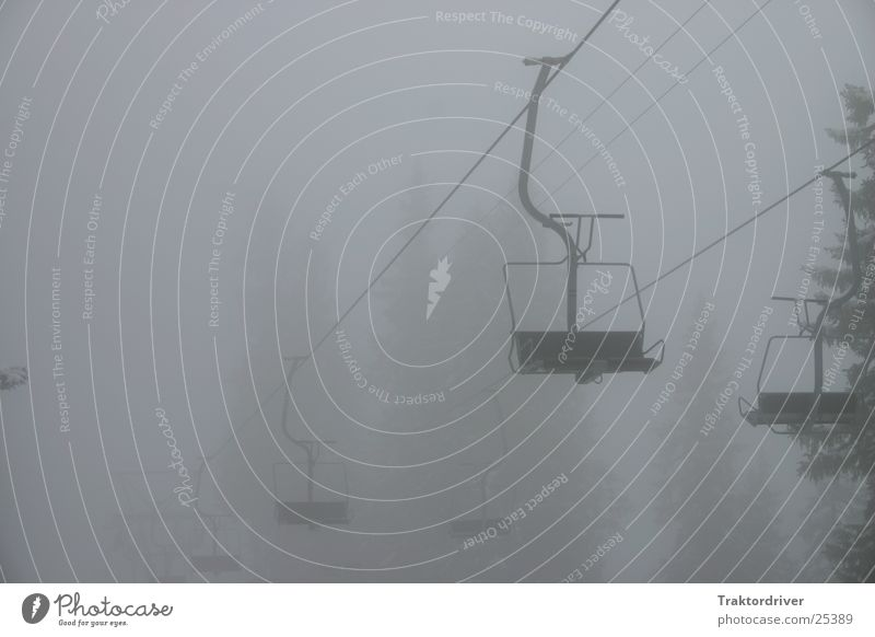 Sesselbahn im Nebel schwarz Einsamkeit Sport grau Traurigkeit Seil leer Trauer trist Tanne Skilift