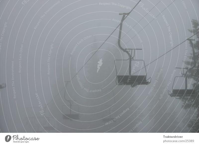 Sesselbahn im Nebel schwarz Einsamkeit Sport grau Traurigkeit Nebel Seil leer Trauer trist Tanne Sessel Sesselbahn Skilift