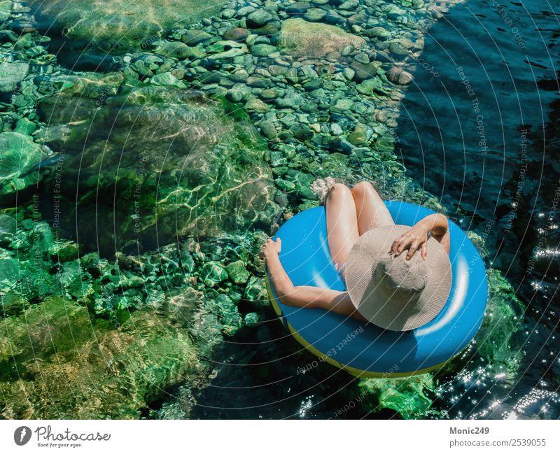 Frau mit Pamela auf einem Floß auf einem Bergfluss Mensch feminin Erwachsene Leben Körper 1 45-60 Jahre Natur Wasser Sonne Sommer Wärme Felsen Berge u. Gebirge