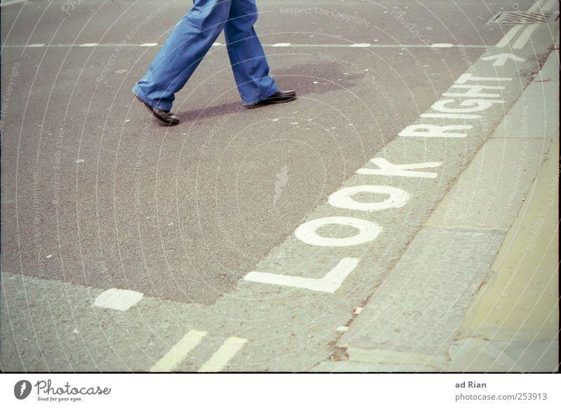 where the streets have a name. Mensch Beine Fuß 1 bevölkert Straße Straßenkreuzung Verkehrszeichen Verkehrsschild gehen Farbfoto Außenaufnahme