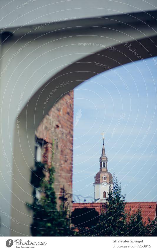morgens halb 10 in deutschland Himmel ruhig Fassade Kirche Turm Dach Dorf Tor Baumkrone Torbogen Kirchturm Kirchturmspitze