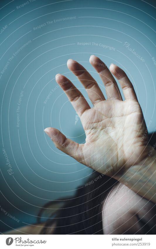 5 Mensch Frau blau Hand Erwachsene dunkel kalt Haare & Frisuren Angst Finger Schmerz brünett Verzweiflung Unlust abwehrend Handfläche
