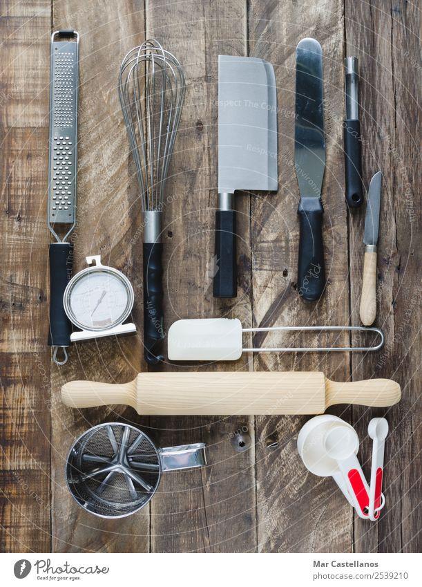 Werkzeuge zum Kochen Abendessen Besteck Messer Gabel Löffel Tisch Küche Restaurant Menschengruppe Sammlung Holz Metall Kunststoff füttern schreiben braun