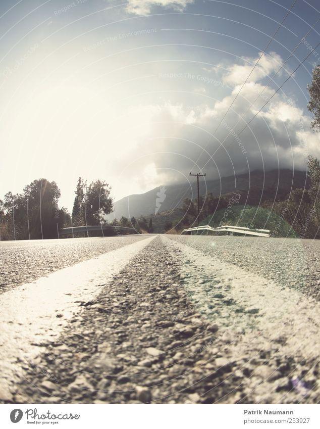 Schönwetterfront Himmel Natur Sonne Sommer Wolken Ferne Erholung Straße Berge u. Gebirge Linie Ausflug Abenteuer groß Fröhlichkeit fahren Asphalt