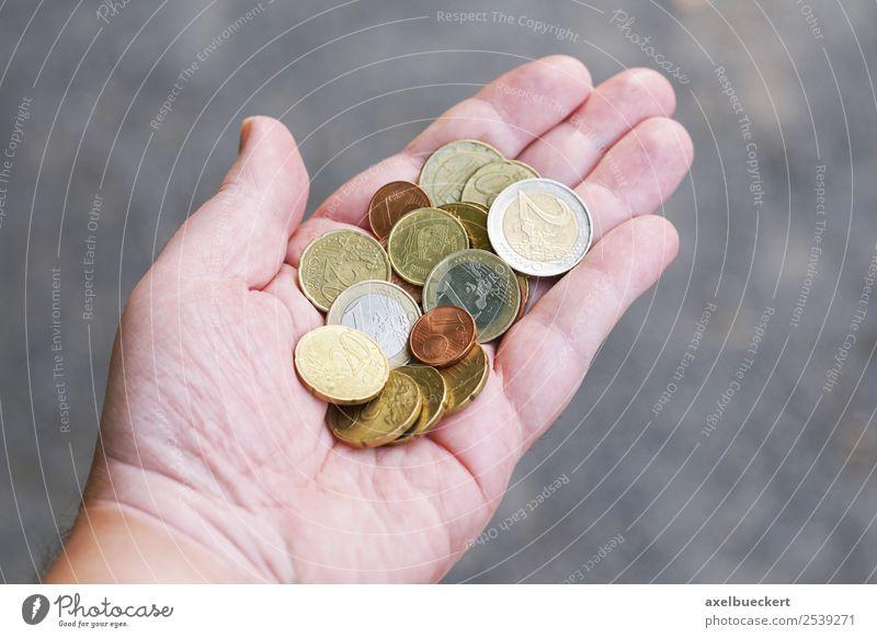 Hand voll Kleingeld Lifestyle kaufen Reichtum Business Mensch maskulin Mann Erwachsene 1 Geld festhalten Euro Geldmünzen handvoll zeigen Cent Finanzkrise