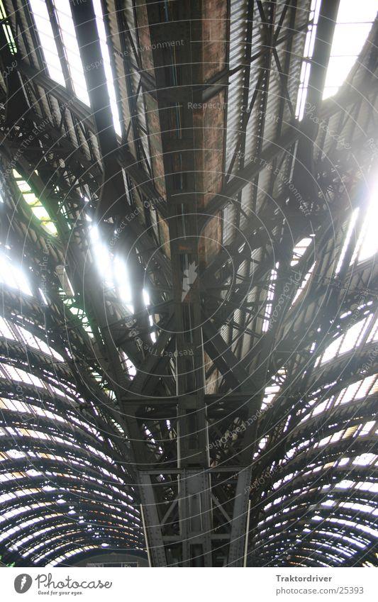 Erleuchtung Licht geheimnisvoll mystisch Stahl kalt Dach Konstruktion Träger Architektur Sonne Beleuchtung Bahnhof