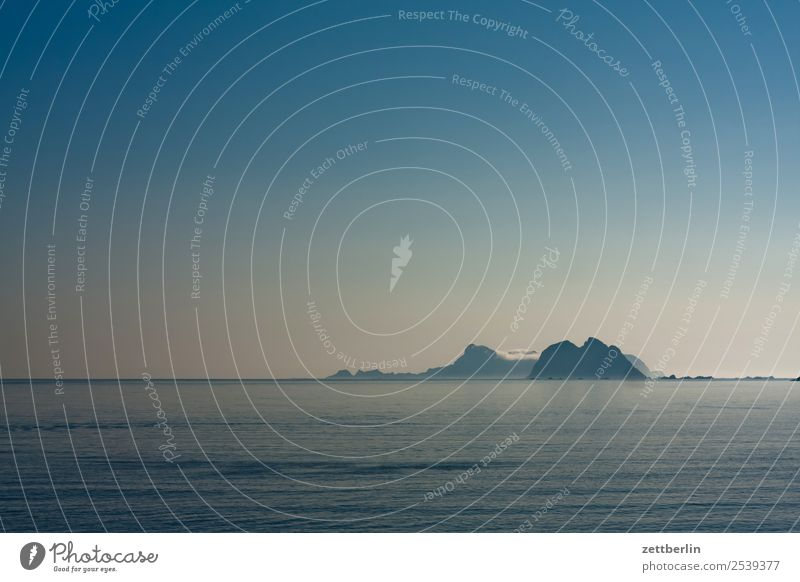 Mosken und Værøya Himmel Natur Ferien & Urlaub & Reisen Himmel (Jenseits) Wasser Landschaft Meer Wolken Reisefotografie Textfreiraum Felsen Horizont Europa