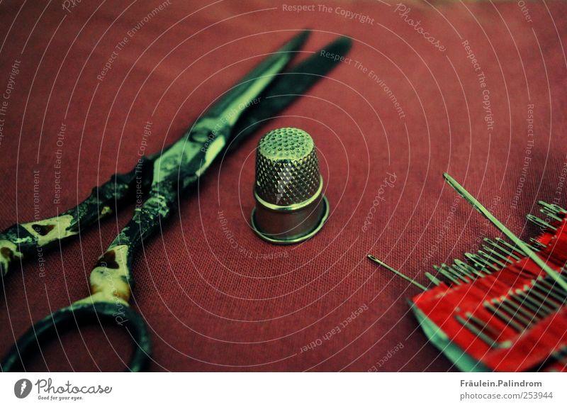 Den Faden verloren. alt rot Metall Mode Arbeit & Erwerbstätigkeit Freizeit & Hobby Stoff Spitze Schutz Kreativität Handwerk Sammlung Werkzeug Nostalgie Nähgarn