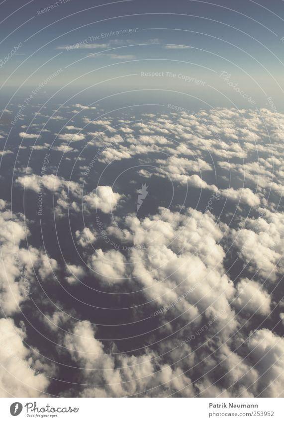 i wanna fly away Himmel blau weiß Meer Wolken ruhig Ferne oben Horizont Zufriedenheit Wind elegant fliegen hoch Flugzeug ästhetisch