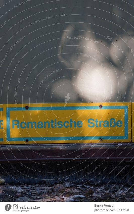 Alle Wege führen nach Rom Verkehrswege Straße Wege & Pfade lustig Schilder & Markierungen Romantik skuril Unschärfe Lichterscheinung Boden seltsam blau gelb