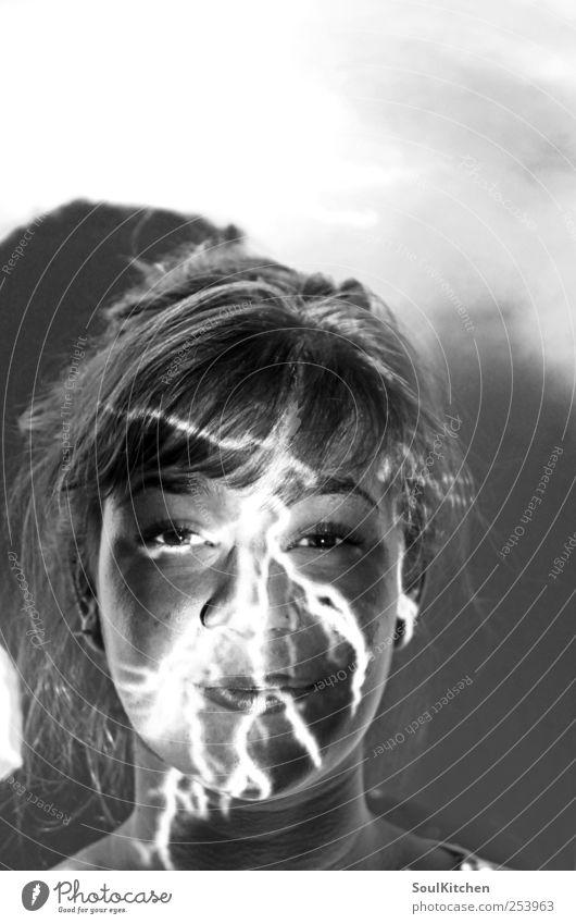 flash Mensch feminin Junge Frau Jugendliche 1 18-30 Jahre Erwachsene Blitze brünett Freundlichkeit schön schwarz weiß Beamer Licht reflektion Lichterscheinung