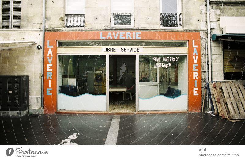 LAVERIE Bordeaux Frankreich Stadt Stadtzentrum Altstadt Menschenleer Haus Bauwerk Gebäude Architektur Waschsalon Schaufenster Ladenfront Fassade grau rot