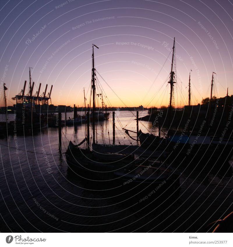 Unten am Fluß, unten am Hafen, wo die großen Schiffe schlafen* Wasser dunkel hell Wasserfahrzeug Horizont Hamburg Abenddämmerung Mast Elbe Europa Takelage
