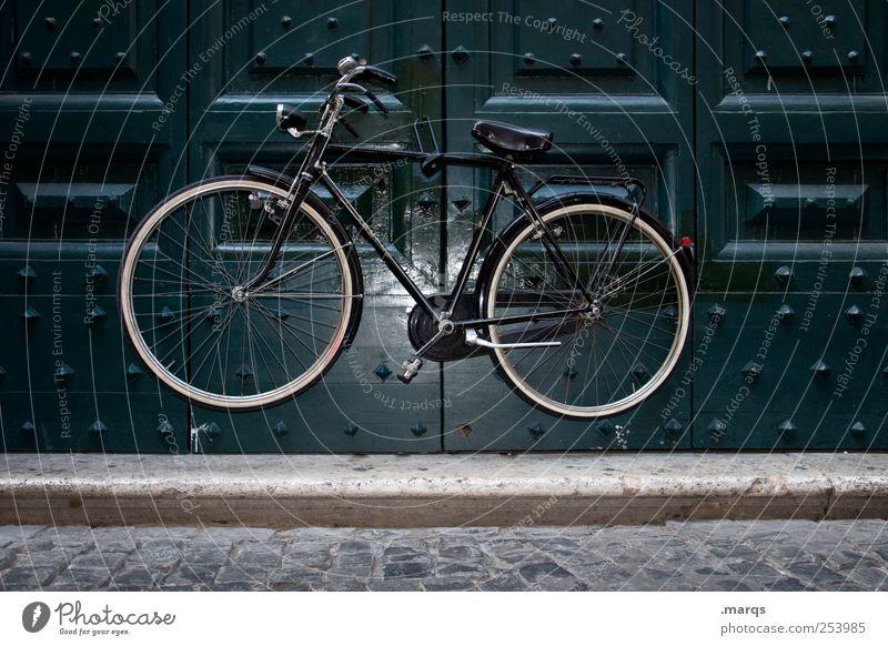 in der Schwebe Lifestyle Tür Verkehrsmittel Fahrrad außergewöhnlich skurril parken hängen Schweben fliegend Zauberei u. Magie Sicherheit Farbfoto Außenaufnahme
