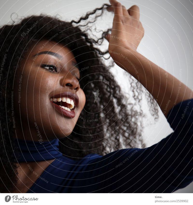 Arabella feminin Frau Erwachsene 1 Mensch Kleid brünett langhaarig Locken Bewegung Erholung festhalten lachen Blick Fröhlichkeit schön Freude Lebensfreude