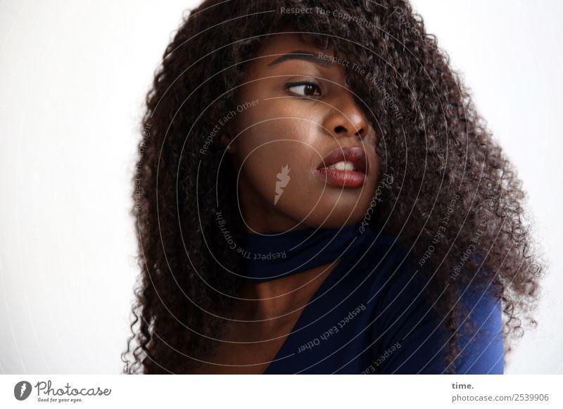 Arabella feminin Frau Erwachsene 1 Mensch Pullover Haare & Frisuren brünett langhaarig Locken beobachten Denken Blick schön selbstbewußt Coolness Willensstärke