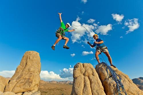 Kletterteam lädt zum Gipfel ein. Leben Abenteuer Sport Klettern Bergsteigen Erfolg Team Seil maskulin Mann Erwachsene 2 Mensch 30-45 Jahre Helm springen