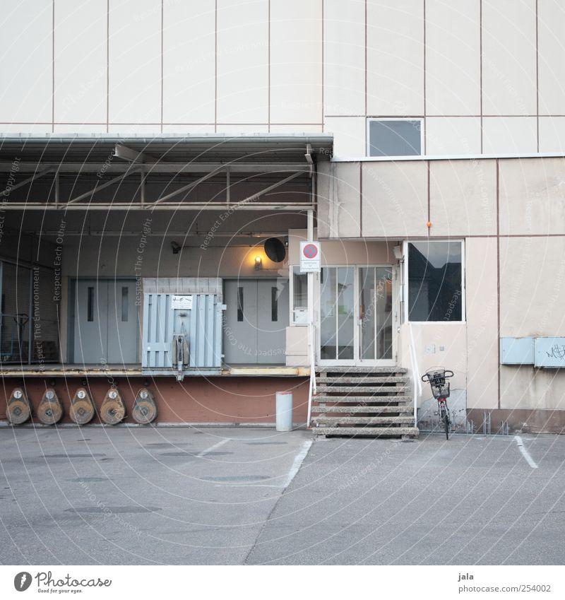 ladezone Güterverkehr & Logistik Dienstleistungsgewerbe Unternehmen Haus Industrieanlage Bauwerk Gebäude Architektur Treppe Fenster Tür trist Farbfoto