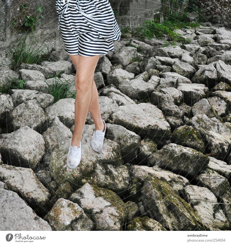 und schnitt.. Mensch Frau Natur Jugendliche schön Sommer Erwachsene Umwelt Leben Herbst feminin Stein Stil Beine Mode Schuhe