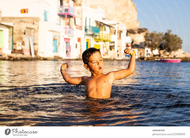 Kleines Kind beim Spielen und Schwimmen auf dem Meer Lifestyle Freude Glück schön Leben Freizeit & Hobby Ferien & Urlaub & Reisen Sommer Strand Mensch maskulin