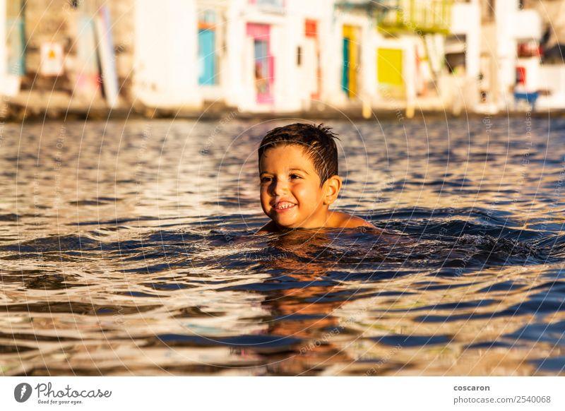 Kleines Kind beim Spielen und Schwimmen auf dem Meer Lifestyle Freude Glück schön Leben Freizeit & Hobby Ferien & Urlaub & Reisen Sommer Strand