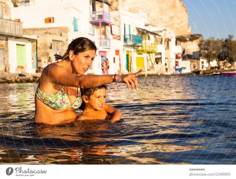 Mutter und Sohn spielen am Strand im Wasser bei Sonnenuntergang. Lifestyle Freude Glück schön Freizeit & Hobby Ferien & Urlaub & Reisen Sommer Meer