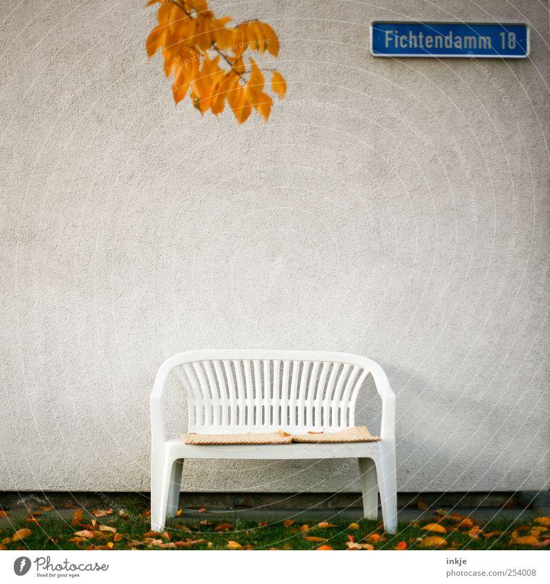 Im Fichtendamm 18 wohnen Herr und Frau Schultze. Blatt ruhig Haus Herbst Wand Gefühle Garten Mauer Stimmung Zufriedenheit Zusammensein Wohnung Fassade Schilder & Markierungen leer trist
