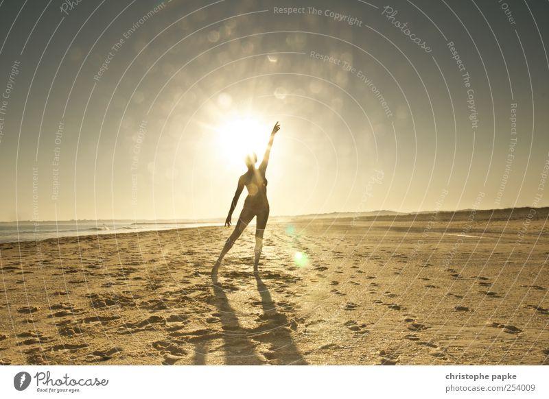 Sun-day Mensch Jugendliche Sonne Ferien & Urlaub & Reisen Meer Sommer Strand Freude Erholung feminin Stimmung Wellen Tanzen Tourismus Sommerurlaub Sonnenuntergang