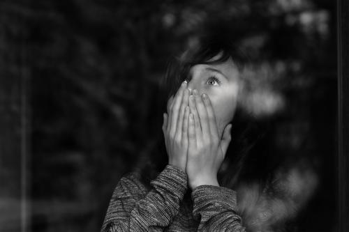 Krimi | Eiskalte Angst feminin Junge Frau Jugendliche 1 Mensch 13-18 Jahre schwarzhaarig langhaarig beobachten bedrohlich Entsetzen Todesangst gefährlich Schock