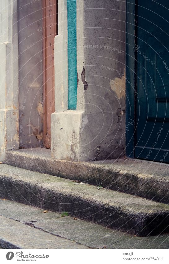 Nachbarn Altstadt Mauer Wand Treppe Fassade Tür alt abblättern Eingang Eingangstür Hauseingang Farbfoto Außenaufnahme Menschenleer Tag