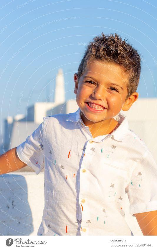 Süßer Junge mit einem weißen Hemd auf blauem Himmelshintergrund. Lifestyle Stil Freude Glück schön Gesicht Ferien & Urlaub & Reisen Tourismus Sommer Erfolg Kind