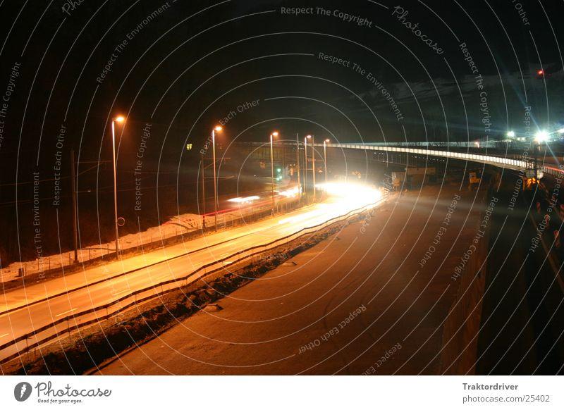 Ein Lichtlein in der Nacht Autobahn Langzeitbelichtung Verkehr Scheinwerfer Straße