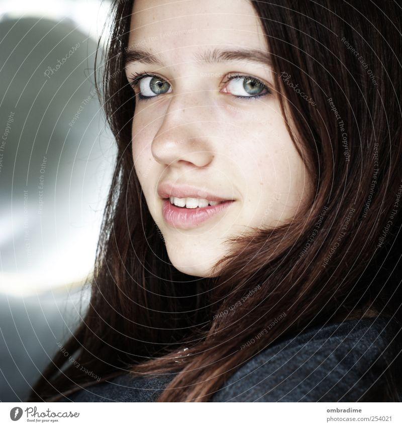 JUST SMILE Mensch Frau Jugendliche schön Erwachsene Junge Frau Haare & Frisuren Kopf natürlich authentisch Lächeln einzeln einzigartig brünett positiv langhaarig