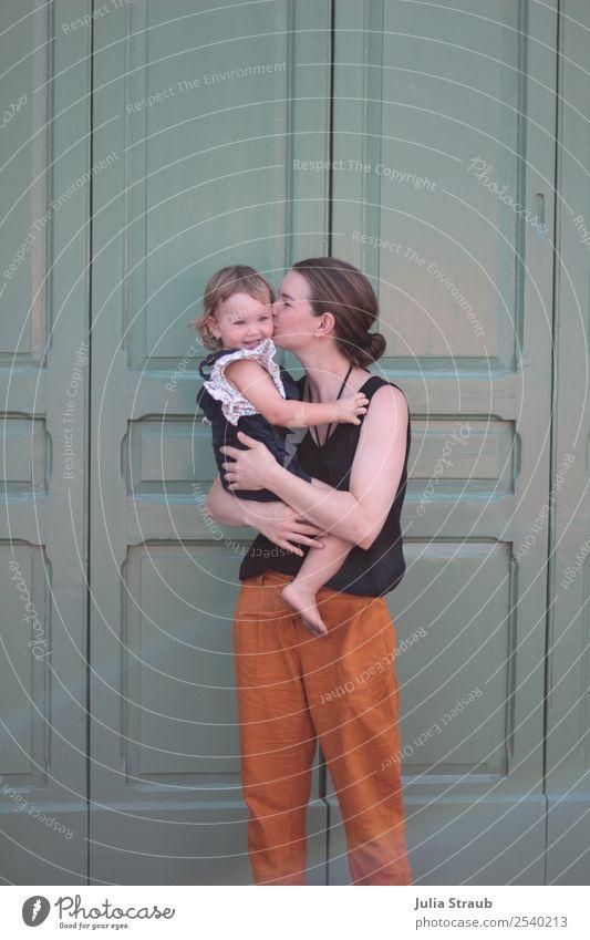 Mutter Kind knutsch alt grün süß Frau Mensch Mädchen Erwachsene Leben feminin Familie & Verwandtschaft Glück Zusammensein orange Tür Kindheit Lächeln