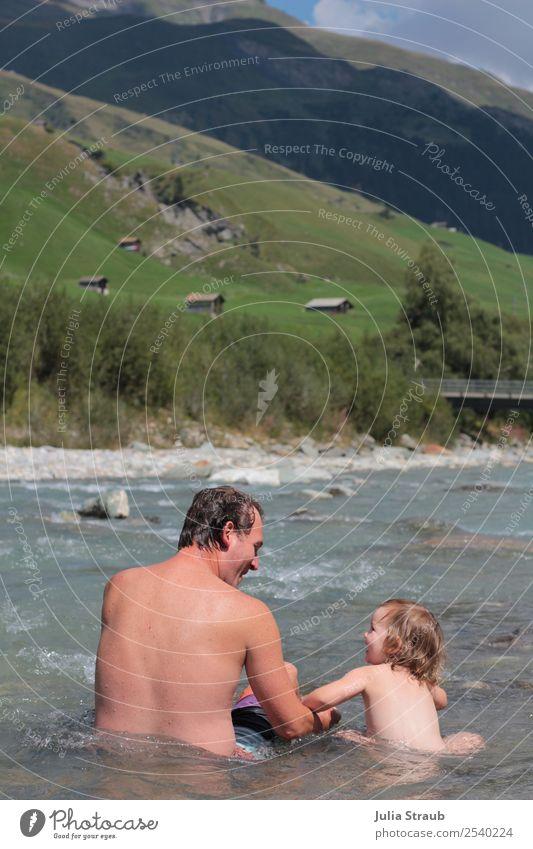 Berge Alm Fluss Baden maskulin feminin Kleinkind Mädchen Mann Erwachsene Vater Familie & Verwandtschaft 2 Mensch 1-3 Jahre 30-45 Jahre Natur Landschaft Wolken