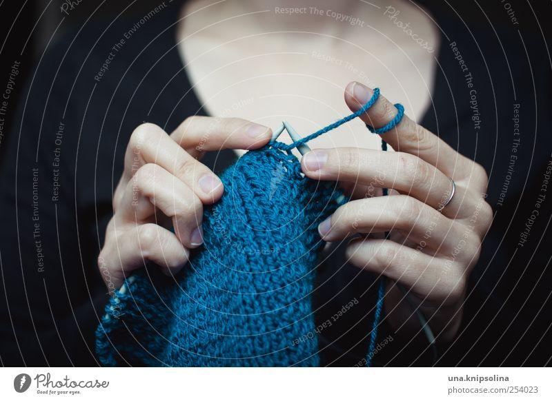 stricken Frau Mensch Hand blau feminin Erwachsene Freizeit & Hobby Finger authentisch Lifestyle festhalten machen Idee Schal Wolle