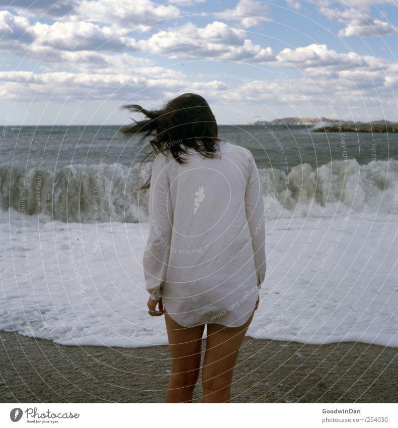 Freiheit? Frau Mensch Himmel Natur Jugendliche Wasser schön Sonne Sommer Meer Strand Wolken Einsamkeit feminin kalt