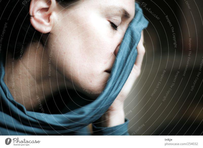 nichts kann sterben, solange es in Erinnerung bleibt feminin Frau Erwachsene Leben Stoff Schal Denken träumen Traurigkeit authentisch schön weich blau Gefühle